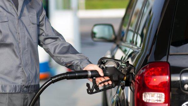 В Москве впервые с начала марта начал дешеветь бензин.