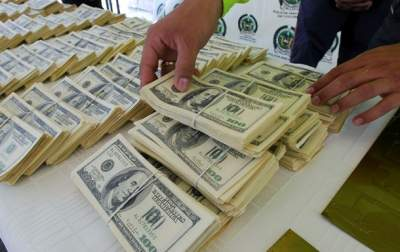 Украинцы массово сдают валюту