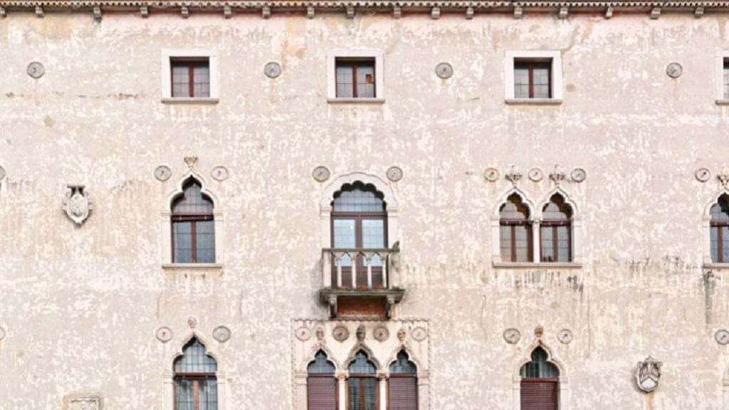 Отец Пэрис Хилтон продаст особняк в Риме за 35 миллионов долларов в биткоинах