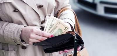 В Украине продолжает дешеветь доллар