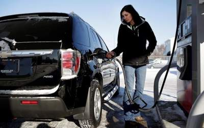 Стоимость бензинов и дизельного топлива продолжает снижаться